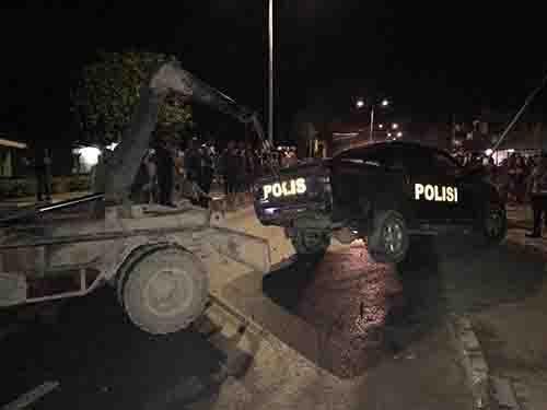 Mabuk CT dan Bawa Mobdin, Oknum Polisi Tabrak Tiang Listrik